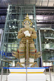 Riesige Skulptur im Suwanaphum Flughafen Bangkok stockbild