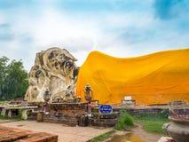 Riesige stützende Buddha-Statue im historischen Park Ayutthaya Stockbild