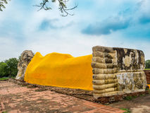 Riesige stützende Buddha-Statue im historischen Park von Ayutthay Stockbild