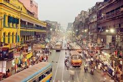 Riesige Stadt mit Verkehrsszene und bunte Gebäude im Geschäftsgebiet mit beweglichen Bussen Stockfotografie