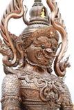 Riesige Statue des bunten thailändischen Arttitanen lokalisiert auf weißen Hintergründen, eine des Charakter Monsterwächters in d Stockfotografie