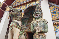 Riesige Statue im Tempel stockfotos