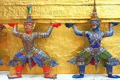 Riesige Statuen (thailändischer goldener Dämon-Krieger) im Tempel Stockbilder