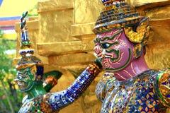 Riesige Statuen (thailändischer goldener Dämon-Krieger) im Tempel Lizenzfreies Stockbild