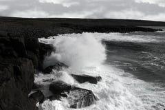 Riesige Sturmwellen, die auf Küstenlinieklippen abbrechen Stockbild