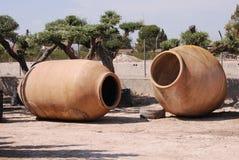 Riesige Töpferwarentöpfe für das Pflanzen von Bäumen Stockbild