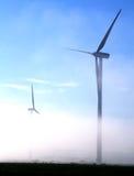 Riesige Windturbinen im Nebel Stockfoto