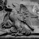 Riesiger Adler, der das Schild schützt Stockbilder