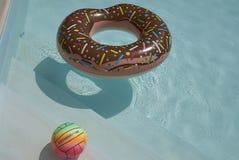 Riesiger aufblasbarer Donut lizenzfreie stockfotografie