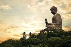 Riesiger Buddha am goldenen Abend lizenzfreies stockbild