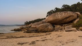 Riesiger Felsen auf dem Strand in Galizien stockfotos