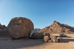 Riesiger Felsen in der Wüste Namibia stockfotografie