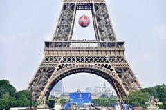 Riesiger Fußball verschob auf dem Eiffelturm während der UEFA Lizenzfreies Stockfoto