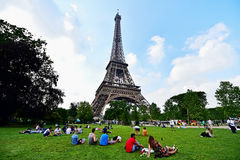 Riesiger Fußball verschob auf dem Eiffelturm während der UEFA Lizenzfreie Stockbilder