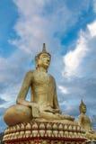 Riesiger goldener Buddha und Himmel mit Wolken Lizenzfreie Stockfotos