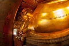 Riesiger goldener stützender Buddha bei Wat Pho, Bangkok, Thailand Lizenzfreies Stockbild