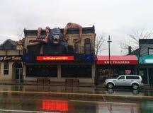 Riesiger Gorilla- und Krakenkampf auf Gebäude Lizenzfreies Stockfoto