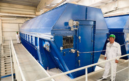 Riesiger industrieller Trommelfilter in einer aufbereitenden überschüssigen Fabrik Lizenzfreies Stockfoto