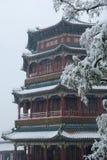 Riesiger Kontrollturm im Schnee Stockfotos