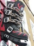 Riesiger Motorrad-Stiefel auf der Wand Stockbilder