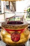 Riesiger Räucherstäbchentopf mit rotem Räucherstäbchen am chinesischen Tempel stockbilder
