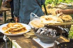 Riesiger Reis knusperig auf Holzkohlen-Grill Thailand lizenzfreie stockfotografie