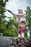 Riesiger Statuenaufschlag als Wächter In Handwaffen sind die Gewehre stockfotos
