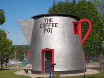 Riesiger Straßenrand-Kaffee-Topf lizenzfreie stockbilder