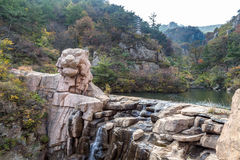 Riesiger Tiger formte Felsen in Bei Jiu Shui-Spur, Laoshan-Berg, Qingdao lizenzfreie stockbilder
