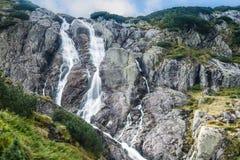 Riesiger Wasserfall Siklawa in den polnischen Bergen lizenzfreie stockfotos
