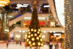 Riesiger Weihnachtsbaum im Einkaufszentrum Unscharfer Hintergrund Stockfotos