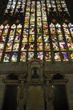 Riesiges buntes Fenster der Mailand-Duomo-Kathedrale lizenzfreie stockbilder
