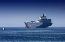 Riesiges Frachtschiff auf dem Meer Stockbilder