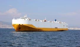 Riesiges Frachtschiff im Meer stockfoto