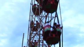 Riesiges Riesenrad gegen blauen Himmel stock video