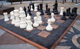 Riesiges Schachbrett im Freien mit enormen Schachfiguren Stockfotos