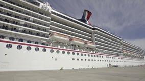 Riesiges Schiff angeschwemmt im mexikanischen Hafen stock video