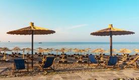 Riet sunshades op het overzeese strand royalty-vrije stock foto