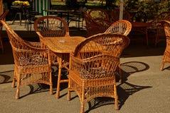 Rieten bruine lijst en stoelen op het asfalt Royalty-vrije Stock Foto's