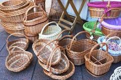 Rieten die manden voor verkoop bij de markt worden blootgesteld Mandenmakerij en vakmanschap van natuurlijk materieel concept royalty-vrije stock afbeeldingen