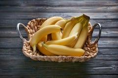 Rieten dienblad met rijpe bananen stock foto