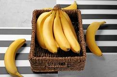 Rieten doos met yummy bananen royalty-vrije stock foto's