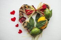 Rieten kroon met hart-vormig, verfraaid met bladeren, citroen, droge citroen Royalty-vrije Stock Afbeeldingen