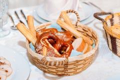 Rieten mand die met heerlijke verse broodjes wordt gevuld stock afbeeldingen