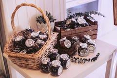 Rieten mand en doos met gevulde glaskruiken Decoratieve elementen voor de vakantie Stock Foto's