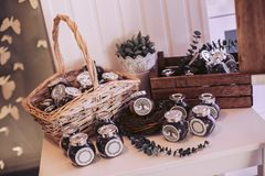 Rieten mand en doos met glaskruiken met het vullen Royalty-vrije Stock Afbeelding