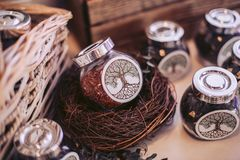 Rieten mand en glaskruiken met het vullen Decoratieve elementen van de plechtige gebeurtenis Royalty-vrije Stock Foto