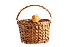 Rieten mand met appelen Stock Fotografie