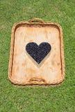 Rieten Mand met Blauw Berry Heart Royalty-vrije Stock Fotografie