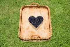 Rieten Mand met Blauw Berry Heart Royalty-vrije Stock Afbeelding